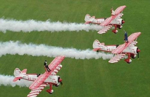 В полёте на крыльях самолётов